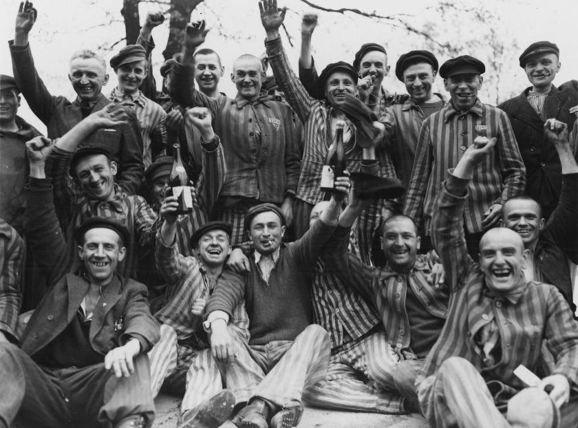 Judíos recién liberados de campo de concentración.