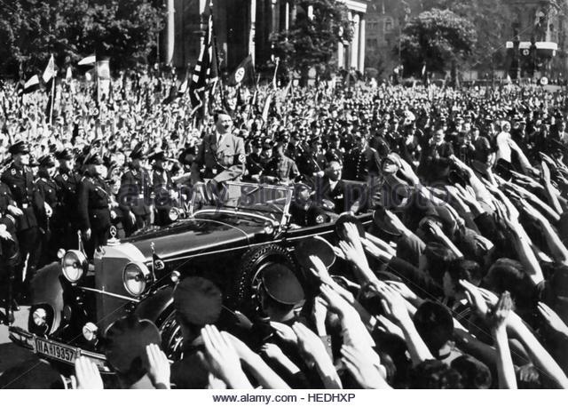 Adolf Hitler recibiendo el saludo de la gente.