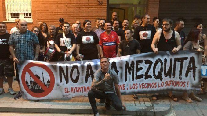 ( ESP ) BARCELONA – Continúan las protestas pacíficas vecinales en contra del Consistorio. Los vecinos han sido ignorados por una mezquita y el malestar crece en la ciudadanía ( 16 julio, 2017)